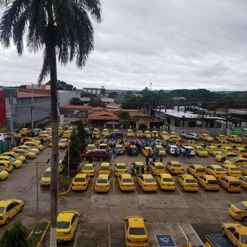 Conductores de taxis de Chitré, provincia de Herrera mantuvieron el servicio paralizado en apoyo al paro convocado. Foto: @TraficoCPanama