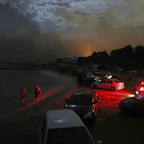 Los gritos de ayuda penetraban el humo asfixiante. Docenas de personas flotaban en el mar, obligadas a ingresar al agua por las intensas llamas. AP