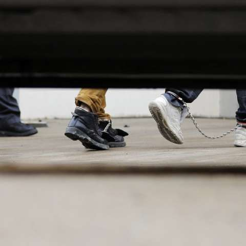Los inmigrantes con cadenas de tobillo desembarcan de un autobús en el Tribunal Federal para audiencias el viernes 22 de junio de 2018 en McAllen, Texas. Fotos: AP