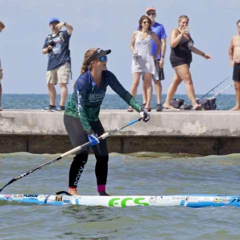 En esta foto proporcionada por el Buró de Noticias de Cayos de Florida, Victoria Burgess, de 34 años, rema en los últimos cien pies a Cayo Hueso, Fla. Foto: AP