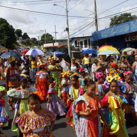 Luego de concluida la homilía inició el desfile en calle L, Paraíso y concluyó bajo el puente vehicular que comunica con la vía Transístmica, donde participaron delegaciones de diversos colegios. Foto: Edwards Santos