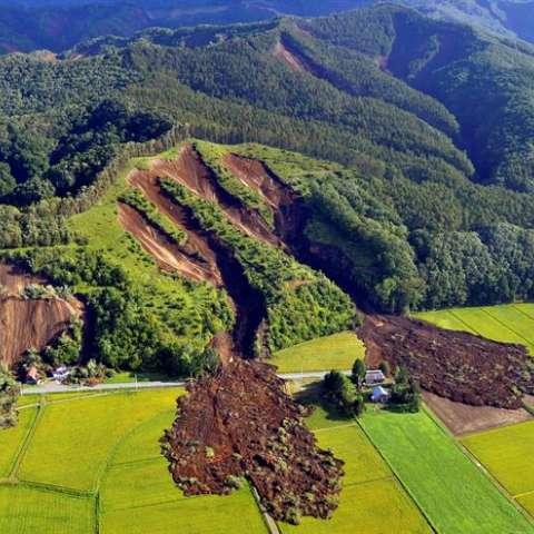 El sismo sorprendió a los residentes de la isla a las 3.08 hora local (18.08 GMT del miércoles) con epicentro a unos 40 kilómetros de profundidad al este de la localidad de Atsuma, la más castigada, donde se han producido la mayoría de muertos. EFE