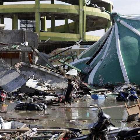 El terremoto ha causado 844 muertos, 821 en Palu, 12 en Parigi Moutong y 11 en el distrito de Donggala, según los últimos datos oficiales, aunque el registro del puesto de comandancia militar en la capital provincial alcanzó hoy más de 900 muertos. EFE