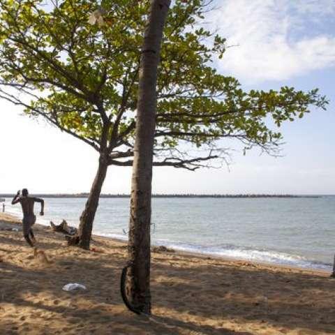 Un jugador de béisbol se ejercita en la playa Fray Antón de Montesinos en Santo Domingo, República Dominicana.  /  Foto: AP