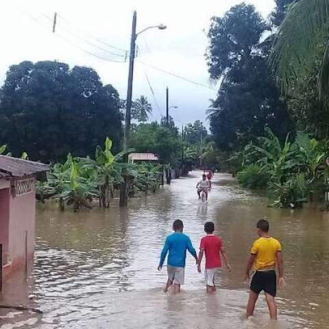 En Chiriquí unas 150 casas fueron afectadas en Puerto Armuelles por las inundaciones. Equipos de la #FTCayuda a los afectados. Foto: Sinaproc
