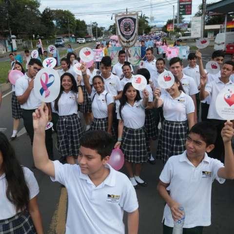 Estudiantes de 28 escuelas de David, participan hoy de la #CaminataDeLuz celebrando la vida luchando juntos. #LazosSolidarios. Foto: @primeradama