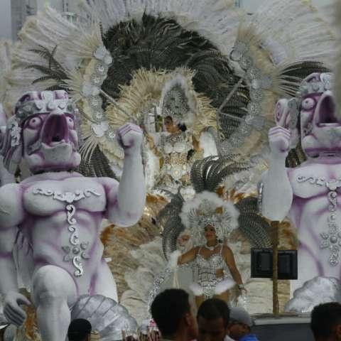 """Con la participación de 21 reinas junto a sus tunas y carrozas  arrancó este domingo, por segundo año consecutivo, el desfile de reinas """"Fantasía de Carnaval"""". Fotos: Edwards Santos"""