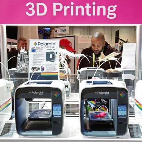 Un hombre mira las impresoras 3D en el módulo de Polaroid durante la apertura de la Feria de Electrónica de Consumo CES 2019 hoy, en Las Vegas (EE.UU.).  EFE