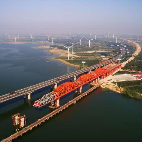Imagen del 27 de junio de 2017 de una vista del sitio de construcción del gran puente del Embalse de Guanting, una sección de la línea del ferrocarril de alta velocidad Beijing-Zhangjiakou, en la provincia de Hebei, en el norte de China. / Xinhua