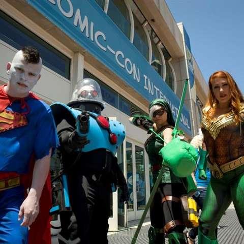 n grupo de personas con trajes de personajes de DC Comics posa durante la Comic Con International que se realiza en el Centro de Convenciones de San Diego, California (Estados Unidos). EFE