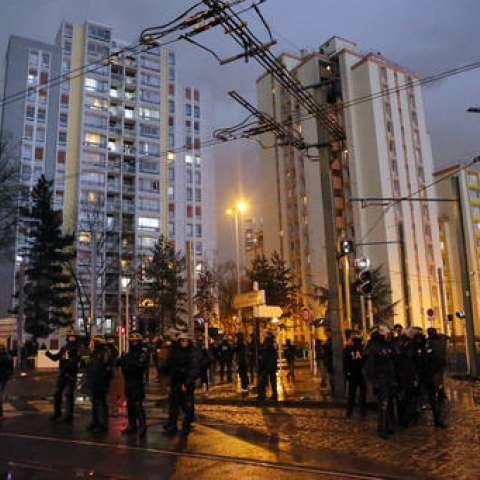 Los alzados —en su mayoría jóvenes— lanzaron piedras y barras de hierro en el principal centro comercial de Bobigny, al este de París. La policía trató de dispersarlos con gas lacrimógeno.  /  Foto: AP
