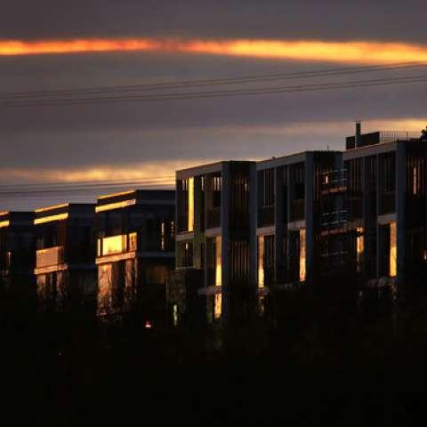 La luz que brilla a través de las nubes se refleja en las ventanas de un edificio de apartamentos en Frankfurt, Alemania, justo después de la puesta de sol. / AP