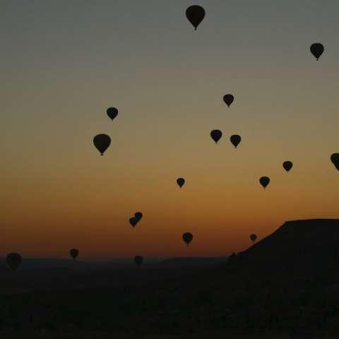 Un globo aerostático, que transporta turistas, se eleva hacia el cielo al amanecer en Capadocia, en el centro de Turquía. Foto: AP
