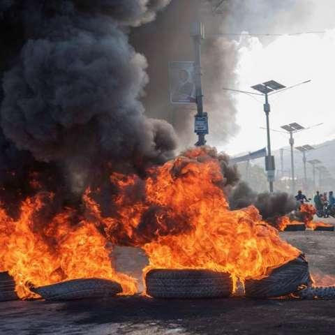 Tras las multitudinarias protestas de ayer en Puerto Príncipe y otros puntos del país, algunas de ellas violentas, este viernes las principales manifestaciones se han producido en las ciudades de Cabo Haitiano y Los Cayos, así como en Gonaives. EFE