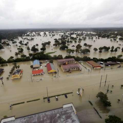En esta foto aérea, las empresas y barrios cercanos al embalse de Addicks están inundados por la lluvia de la tormenta tropical Harvey el martes 29 de agosto de 2017 en Houston.  /  Foto: AP