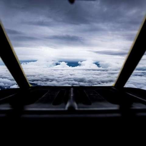 Avión de combate US HC-C130J mientras se acerca al borde del huracán Florence tras un vuelo de dos horas y media desde la base aérea de Savanah, en Georgia. EFE
