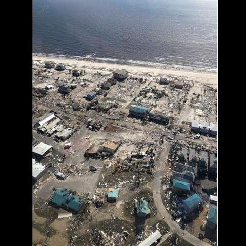 Fotografía aérea que muestra el destrozo ocasionado tras el paso del huracán Michael en Playa México en Florida .  EFE