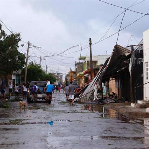 El fenómeno tocó tierra el martes por la noche en la población costera de Escuinapa, estado de Sinaloa. EFE