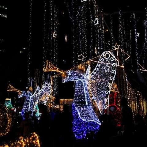 Visitantes recorren los adornos navideños en el Parque Urracá hoy, en Ciudad de Panamá (Panamá). EFE