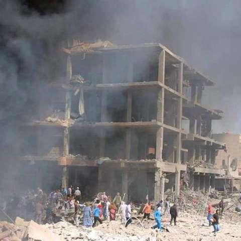 Fotografía facilitada por la Agencia Oficial de Noticias siria, SANA, que muestra hoy a varias personas en el lugar donde explosionó una bomba en Qameshli, Siria.  /  Foto: EFE