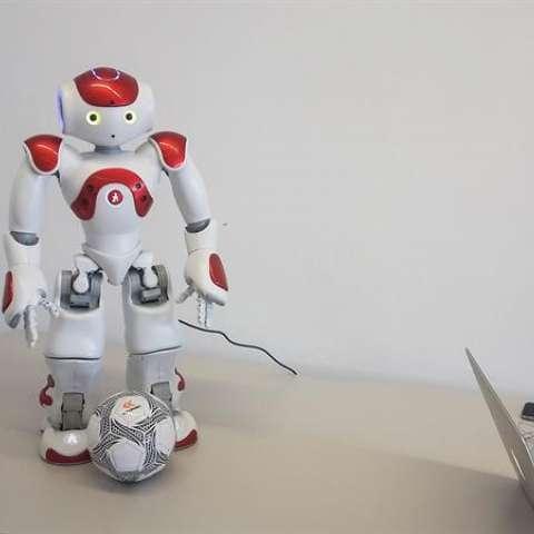 """""""Gardelito"""", un robot con inteligencia cognitiva que responde preguntas, baila y patea pelotas.  /  Foto: EFE"""