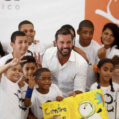 El cantante Ricky Martin posa con varios estudiantes durante la inauguración este lunes 25 de agosto del Centro educativo construido gracias a la aportación de la Fundación Ricky Martin y aliados. Thais Llorca EFE