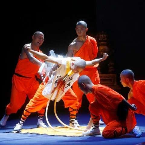 Los monjes son capaces de caminar por encima de cuchillas, realizar acrobacias, soportar golpes con varas de madera en la cabeza.  /  Foto: EFE