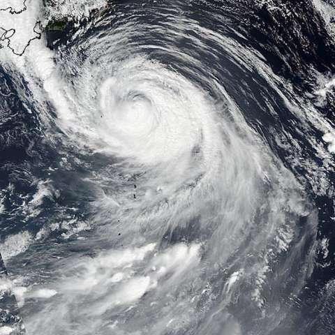 Imagen tomada por el radiómetro de infrarojo visible (VIIRS, por su sigla inglés) y facilitada por la NASA hoy, 30 de agosto de 2016, que muestra al tifón Lionrock a su llegada a la costa noreste de Japón.  /  Foto: EFE