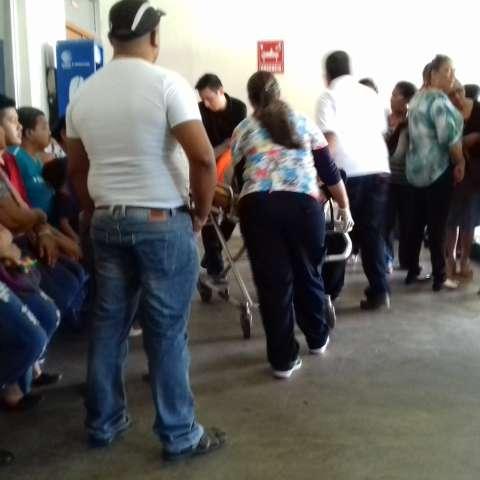 Instantes en que la víctima ingresaba al hospital.  /  Foto: Mayra Madrid