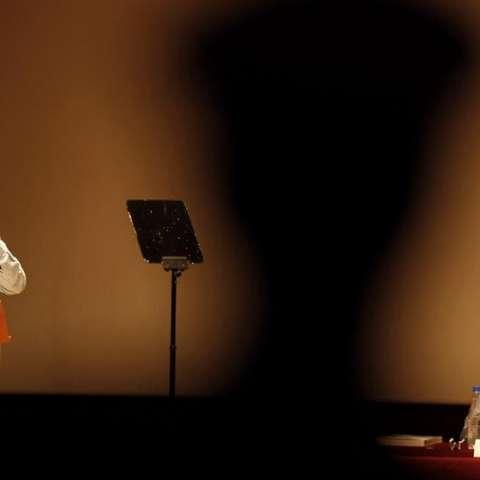 El presidente de Colombia, Juan Manuel Santos (i), habla junto al jefe del equipo negociador del Gobierno colombiano en los diálogos de paz con el ELN, Juan Camilo Restrepo. /  Foto: EFE Archivo