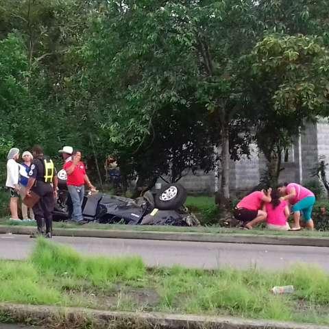 Producto del impacto con la alcantarilla la víctima terminó a varios metros de distancia del vehículo, en medio de la vía.  /  Foto: Mayra Madrid