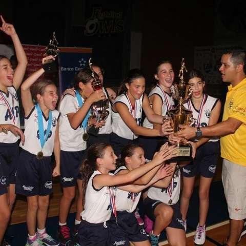 Las niñas del AIP celebran su  título. Foto Cortesía