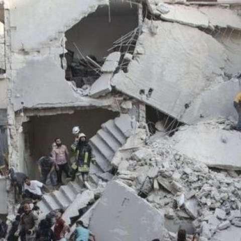 Varias personas caminan entre escombros en la ciudad siria de Alepo / Foto: AFP