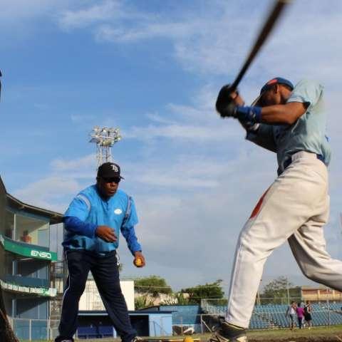 El técnico Hipólito Ortiz durante una sesión de boleo en la malla con sus jugadores. Fotos: Cortesía Fedebeis
