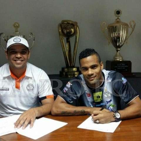 Armando Polo firma su vínculo con Tauro. Foto Twitter @TauroFC