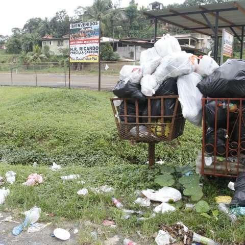 Hay basura regada afuera de los tinacos.  /  Foto: Edwards Santos