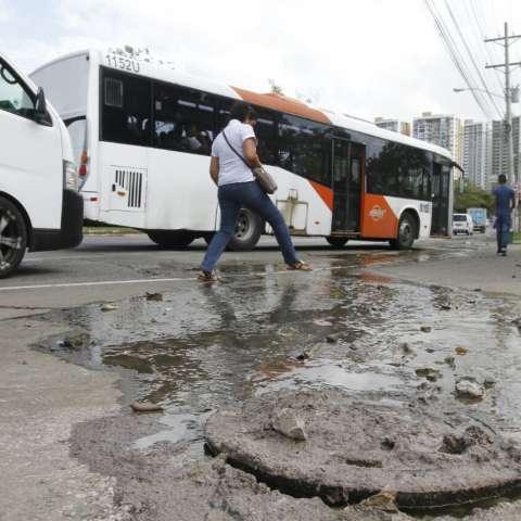 Estudiantes deben brincar sobre el agua servida para transitar por el lugar. /  Foto: Edwards Santos