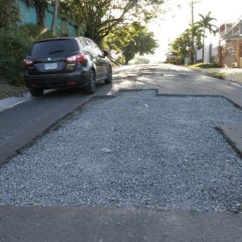 Los conductores deben ingeniárselas para transitar por la vía.  Foto: Edwards  Santos