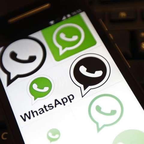 En la imagen, una pantalla con imágenes relacionadas con WhatsApp. EFE/Archivo