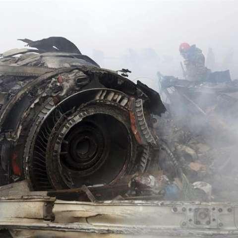 Miembros de los servicios de emergencia trabajan en el lugar del accidente de un avión cerca del aeropuerto de Manas, a 30 kilómetros de Bishkek (Kirguizistán) hoy, 16 de enero. EFE