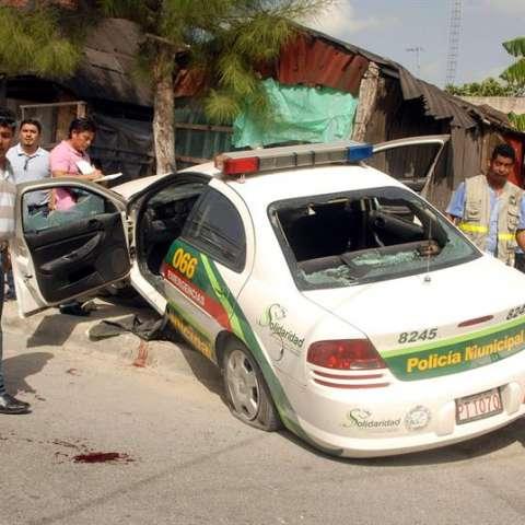 Agentes de seguridad acordonan el lugar de un suceso en Playa del Carmen, en el Caribe mexicano. EFE/Archivo