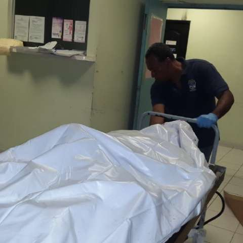 El cuerpo es trasladado a la morgue judicial. Foto: Delfia Cortez.