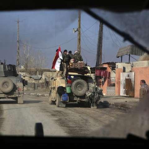 La televisión estatal iraquí mostró imágenes en vivo de enfrentamientos cerca del Hotel Internacional Ninevah.  / Foto: AP
