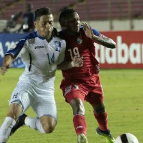 """Jairo Puerto, de Honduras (14), disputa el balón contra el panameño Alberto """"Negrito"""" Quintero. Foto: Anayansi Gamez"""