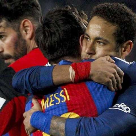 Leo Messi es felicitado por Neymar. Foto:EFE