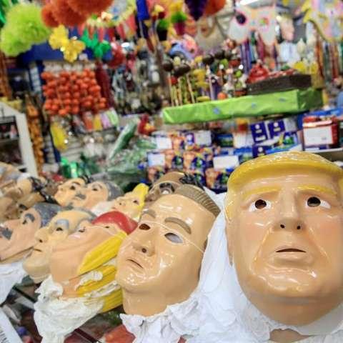 Máscaras del presidente de los Estados Unidos Donald Trump, en una tienda de disfraces en el centro de Sao Paulo (Brasil). EFE