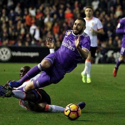 Karim Benzema (d) recibe una falta del defensa Eliaquim Mangala/EFE