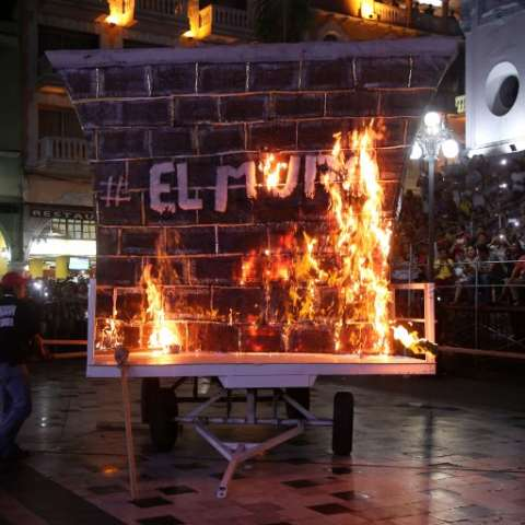 Con aplausos y gritos de júbilo, la gente hizo resonar la Plaza de Armas del puerto de Veracruz, en el Golfo de México.  /  Foto: AFP