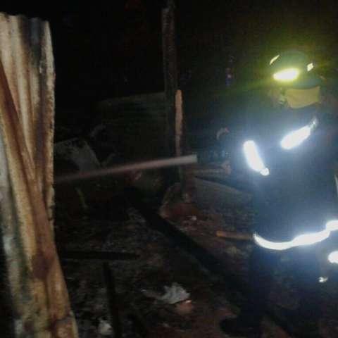 Bomberos llegaron a la escena.  Foto V. Rodríguez
