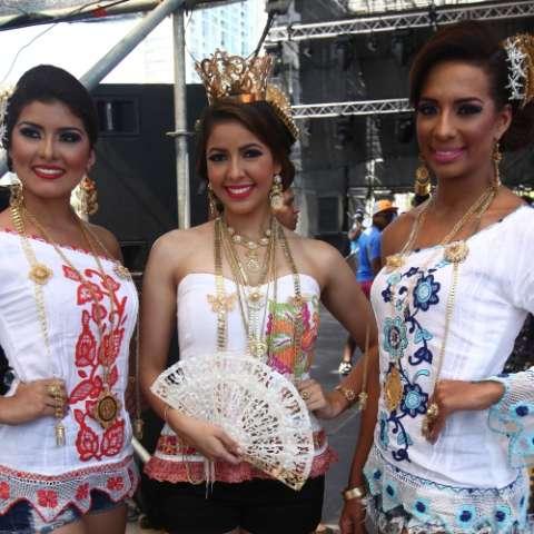 Gisselle Ow Young, reina del carnaval capitalino y sus princesas Marielys María Medina y Katherine Mabel Norato.  Aurelio Suira